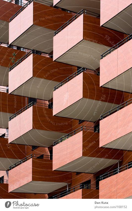 Schubladendenken Stadt rot Einsamkeit Haus braun Fassade ästhetisch Perspektive Netzwerk fest Balkon Geländer skurril bizarr Symmetrie