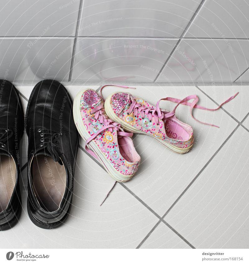 Wirbelsturm Kindheit Schuhe Fliesen u. Kacheln Turnschuh Chucks Gegenteil Anschnitt Bildausschnitt Kinderschuhe Größenunterschied Herrenschuhe