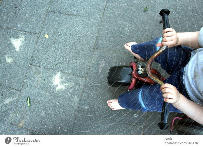 Ich fahr dann mal los Mensch Hand blau Freude Junge Spielen grau Fuß Beine Arme klein maskulin Finger fahren Kind Kleinkind