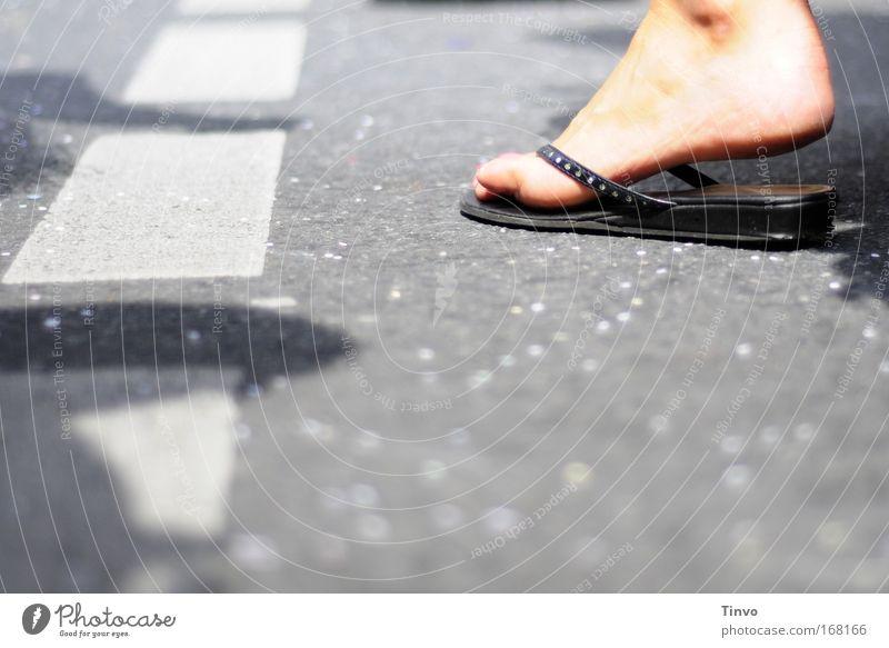 dancing in the street Freude Erwachsene Straße Leben Fuß Feste & Feiern Zufriedenheit Tanzen gehen Fröhlichkeit 18-30 Jahre Veranstaltung harmonisch Zehen