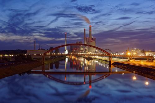 Kohlekraftwerk blau Wasser Landschaft rot Wolken gelb Architektur Gebäude Deutschland Luft Energiewirtschaft Europa Industrie Brücke Fluss Bauwerk