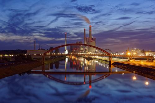 Kohlekraftwerk Industrie Energiewirtschaft Landschaft Luft Wasser Wolken Klima Klimawandel Flussufer Rhein Mannheim Deutschland Europa Industrieanlage Brücke