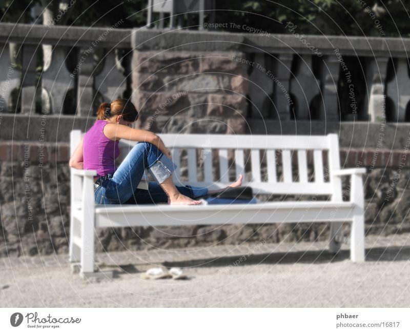 Leseratte Frau Kind weiß Sonne Sommer Einsamkeit feminin Mauer Park Buch sitzen lernen Bildbearbeitung lesen Jeanshose Bank