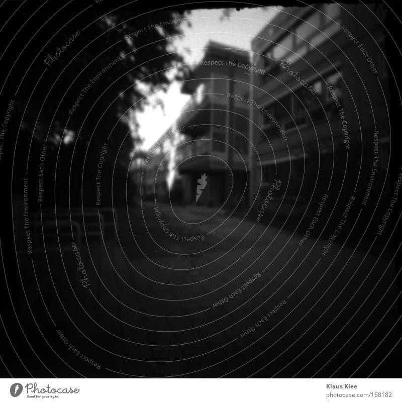 THE NOISE GOES AROUND ::::. Schwarzweißfoto Menschenleer Starke Tiefenschärfe Plattenbau Stein fahradständer alt Stadt schwarz achtsam Pünktlichkeit ruhig