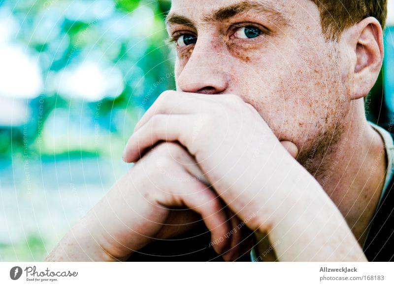 nachdenklich Mensch Jugendliche Gesicht kalt Kopf Denken warten Erwachsene maskulin sitzen bedrohlich Schutz beobachten Bart Porträt Wachsamkeit
