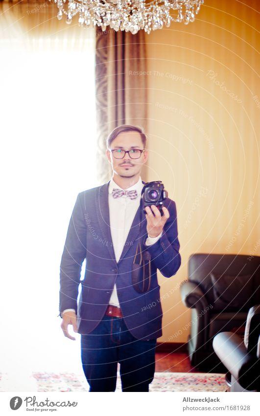 Duell maskulin Junger Mann Jugendliche Erwachsene 1 Mensch 18-30 Jahre 30-45 Jahre Hemd Jeanshose Anzug Fliege brünett kurzhaarig Oberlippenbart elegant trendy