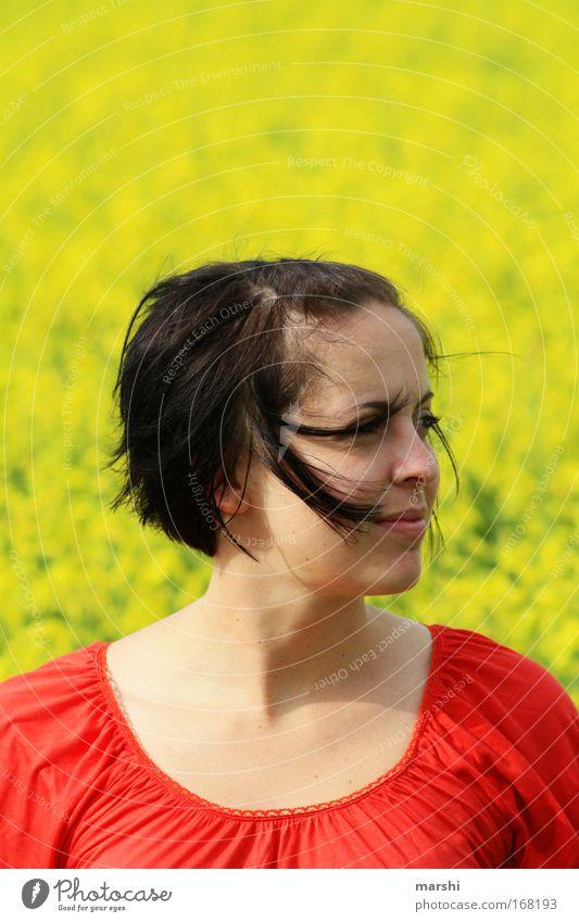 durch den Wind Frau Mensch Natur rot Gesicht gelb Wiese feminin Gefühle Glück Haare & Frisuren Landschaft Luft Stimmung Erwachsene Wind