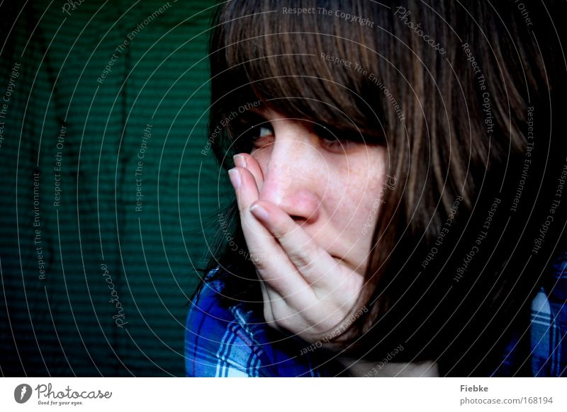 Du Mensch Hand Jugendliche blau Gesicht ruhig Einsamkeit feminin Glück träumen Haare & Frisuren Kopf Traurigkeit Stimmung Trauer