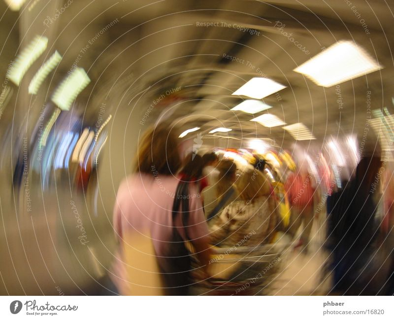 Kassendelirium Menschengruppe warten kaufen Kreis Ladengeschäft Tunnel Reihe drehen Warteschlange Drehung Verzerrung Brennpunkt Schwindelgefühl ohnmächtig
