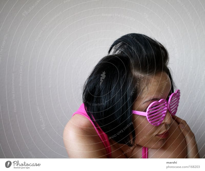 where is the love? Farbfoto Lifestyle Stil Freizeit & Hobby Mensch feminin Frau Erwachsene Kopf Haare & Frisuren 1 Accessoire Brille Sonnenbrille entdecken