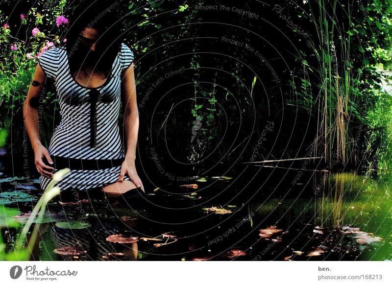 Gartenarbeit Frau Mensch Natur Jugendliche Wasser schön Pflanze ruhig Erwachsene feminin Erotik Garten Mode elegant nass natürlich