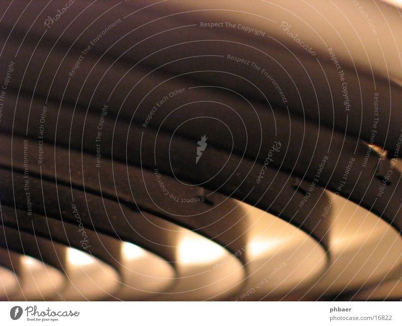 Lampe Kreis schwarz weiß konzentrisch Licht Deckenlampe Hängelampe Biegung rund Häusliches Leben Lamelle Detailaufnahme Metall hell blendfrei Beleuchtung Lumen