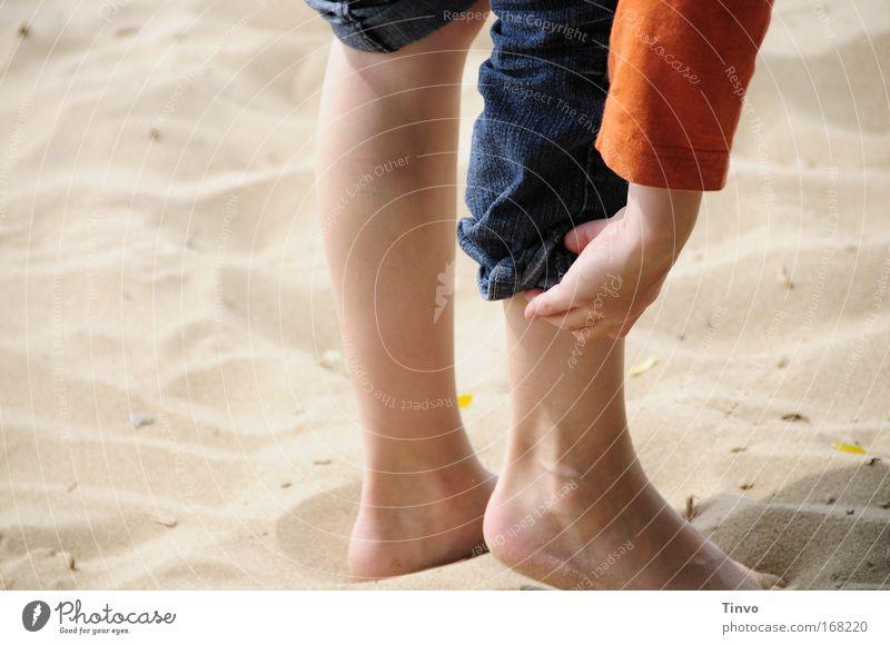 Kind krempelt sich am Strand die Hose hoch Farbfoto mehrfarbig Außenaufnahme Nahaufnahme Textfreiraum links Tag Freizeit & Hobby Ausflug Beine Fuß 1 Mensch