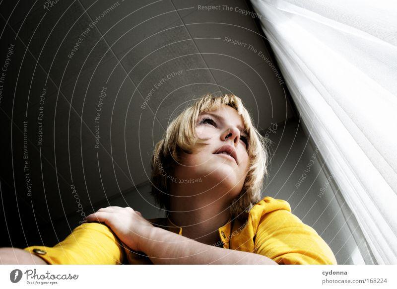 Eigentlich wär ich jetzt lieber ... Mensch Frau Jugendliche schön Einsamkeit Gesicht Erwachsene Ferne Leben Gefühle Freiheit Bewegung Kopf Traurigkeit träumen