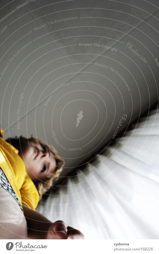 Unter der Zimmerdecke Frau Mensch Jugendliche schön Einsamkeit Erwachsene Ferne Leben Gefühle Bewegung Traurigkeit träumen Zeit Perspektive Zukunft
