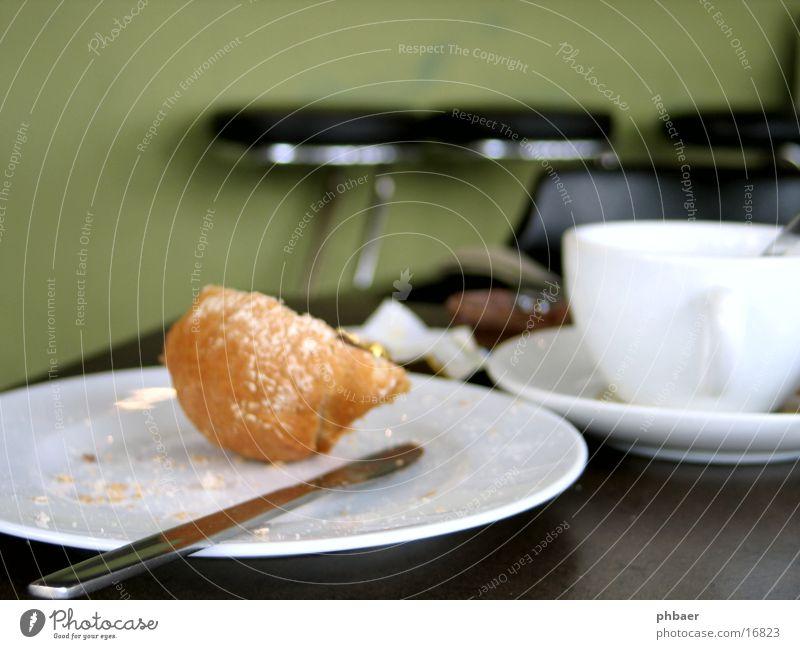 Frühstücksreste Rest Teller Tasse Getränk Café Bar Backwaren grün Tisch Hocker Unschärfe Tiefenschärfe Ernährung Kaffee Tee Brösel