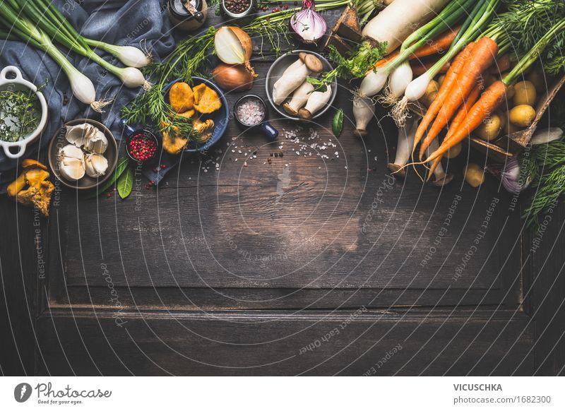 Gemüse und Waldpilzen für herbstliches Kochen Lebensmittel Kräuter & Gewürze Öl Ernährung Abendessen Festessen Bioprodukte Vegetarische Ernährung Diät Geschirr