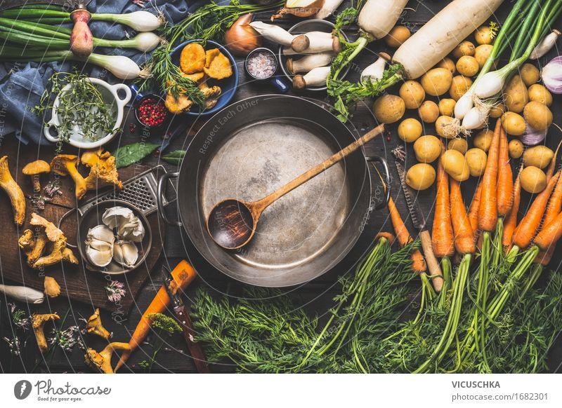 Alter Topf und Löffel und verschiedenes Bio Gemüse Lebensmittel Kräuter & Gewürze Öl Ernährung Mittagessen Abendessen Bioprodukte Vegetarische Ernährung Diät