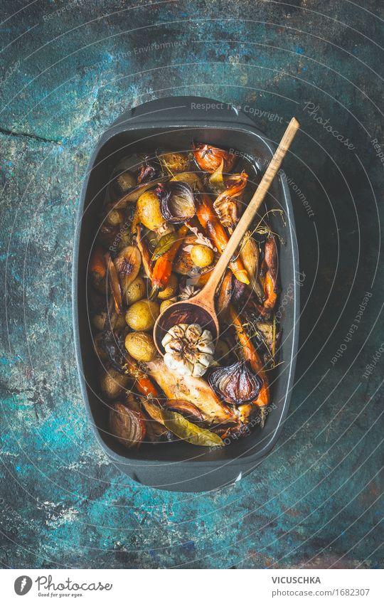 Sehr rustikaler gerostetes Gemüse Eintopf Gesunde Ernährung Winter dunkel Essen Foodfotografie Herbst Stil Lebensmittel Design Häusliches Leben Ernährung Tisch Kräuter & Gewürze Küche Gemüse Bioprodukte