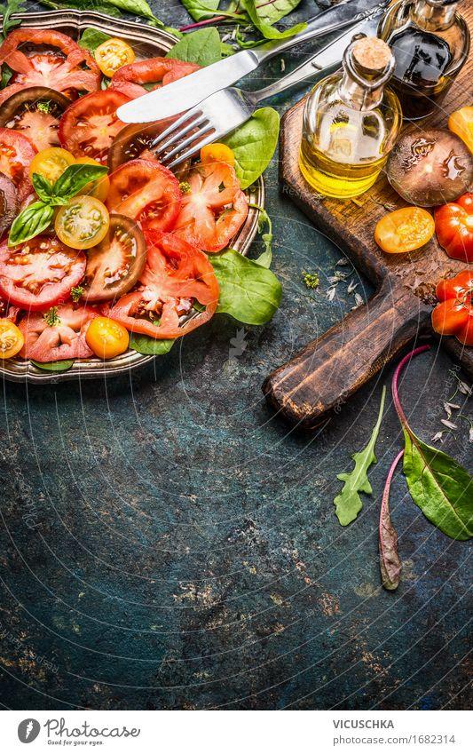 Tomaten Salat mit verschiedene bunten Tomaten Lebensmittel Gemüse Salatbeilage Kräuter & Gewürze Öl Ernährung Mittagessen Abendessen Büffet Brunch Festessen