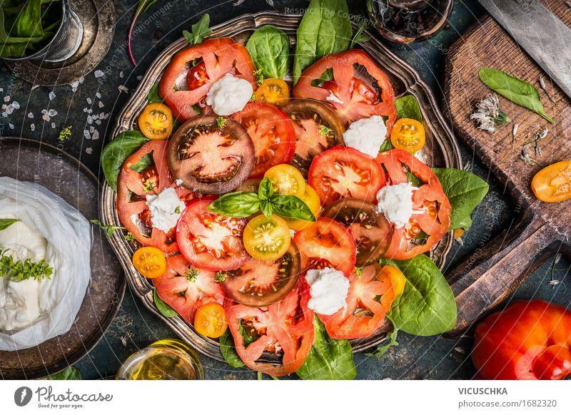 Klassischer Caprese-Salat mit Tomaten und Mozzarella Gesunde Ernährung Speise Foodfotografie Leben Stil Lebensmittel Design Kräuter & Gewürze Gemüse Bioprodukte