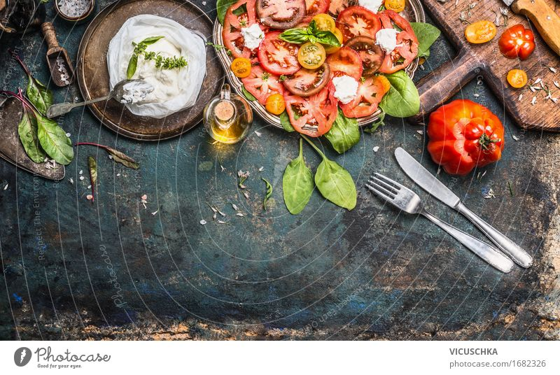 Tomaten Mozzarella Salat mit Besteck Lebensmittel Käse Gemüse Salatbeilage Kräuter & Gewürze Öl Ernährung Mittagessen Büffet Brunch Festessen Bioprodukte