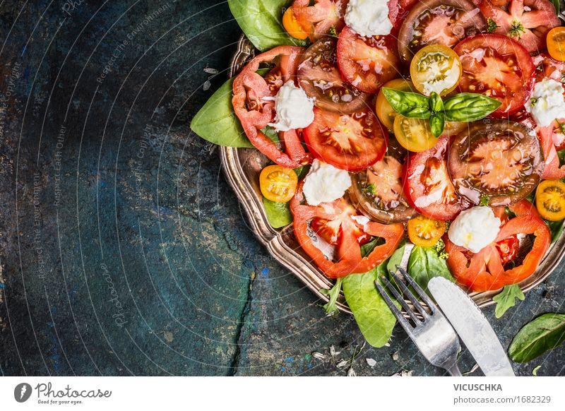 Klassischer Salat mit Tomaten und Mozzarella Lebensmittel Käse Gemüse Salatbeilage Kräuter & Gewürze Öl Ernährung Mittagessen Abendessen Bioprodukte