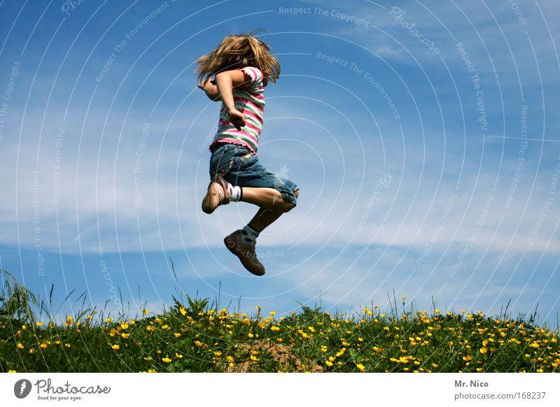feel free II Himmel Kind Mädchen Sommer Freude Landschaft Spielen Freiheit Gras springen blond wild wandern Fröhlichkeit Hügel Schönes Wetter