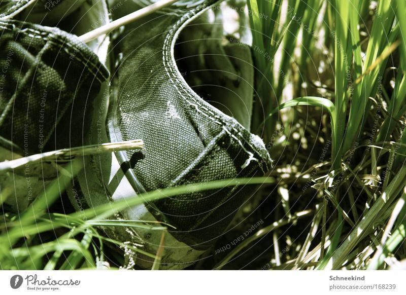 Füße an die frische Luft alt grün Pflanze Sommer Freude schwarz ruhig Erholung Wiese Gras Garten Schuhe Freizeit & Hobby gehen Wandel & Veränderung Verfall