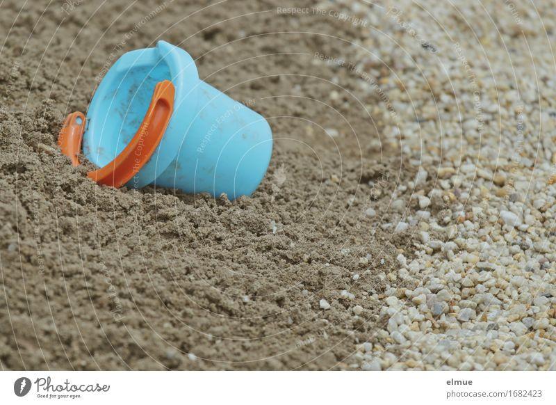 vergessen Spielen Ferien & Urlaub & Reisen Nordsee Ostsee Baggersee Spielzeug Sandkasten matschen liegen klein blau Tatkraft Erholung Kindheit Sandstrand