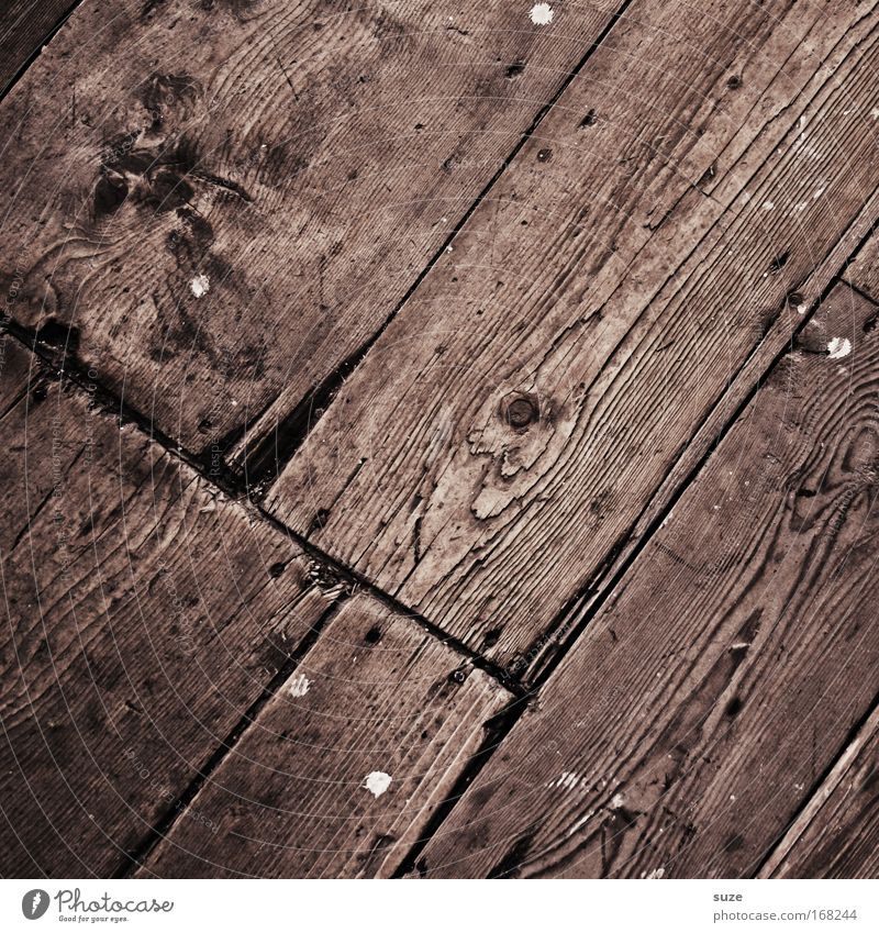 Auf´m Holzweg alt braun authentisch Bodenbelag einfach trocken diagonal Holzbrett Holzfußboden Maserung rustikal abgelaufen Astloch Holzstruktur Dielenboden