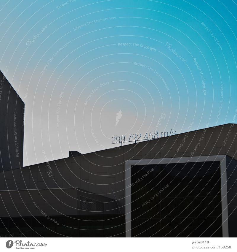 speed of light Design Kunst Kunstwerk Open Air Bühne Himmel Skyline Haus Bauwerk Architektur Mauer Wand außergewöhnlich blau grau schwarz Lichtgeschwindigkeit