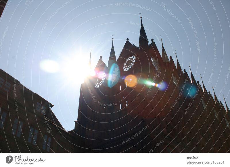 Stralsunder Rathaus Farbfoto Außenaufnahme Menschenleer Tag Licht Sonnenlicht Sonnenstrahlen Gegenlicht Unschärfe Umwelt Himmel Schönes Wetter Deutschland