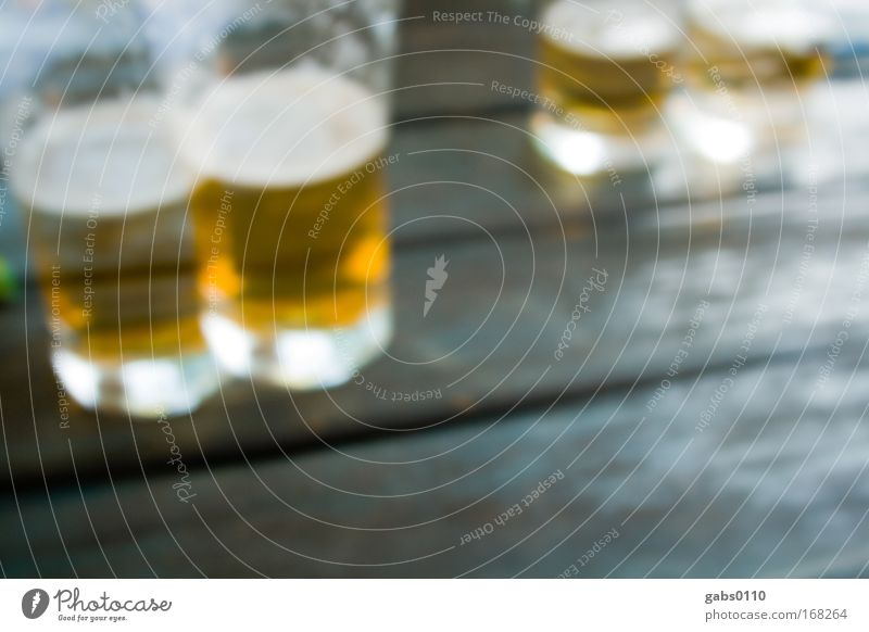 besoffen weiß Sommer gelb braun Feste & Feiern blond Glas Lebensmittel gold hoch Tisch Getränk trinken Bier lecker