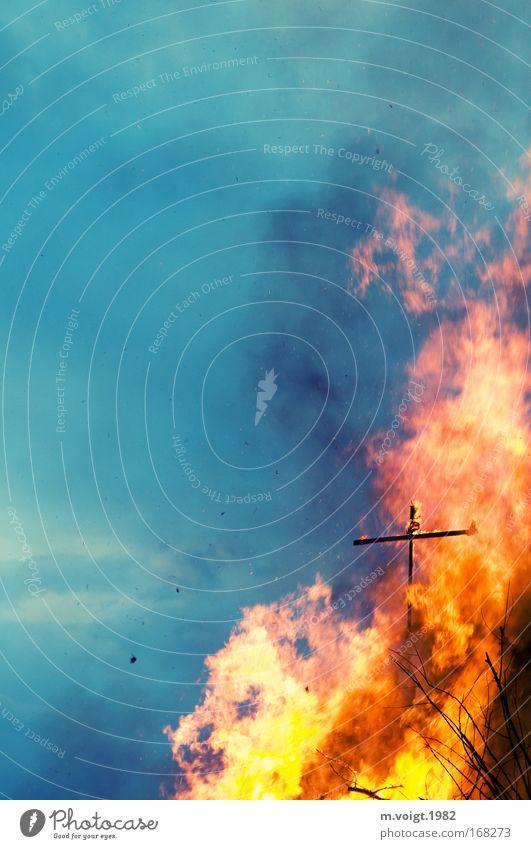 Brennendes Kreuz Farbfoto Außenaufnahme Textfreiraum links Textfreiraum oben Dämmerung Urelemente Feuer Himmel Holz heiß hell blau gelb Entsetzen gefährlich