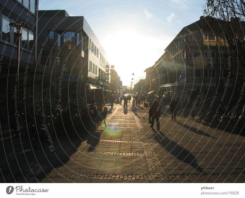Grüß mir die Sonne unterwegs Stadtzentrum Fußgängerzone Darmstadt Hessen Gegenlicht Haus Häuserzeile Verkehr zu Land geschlossen Mensch Stadtschlucht