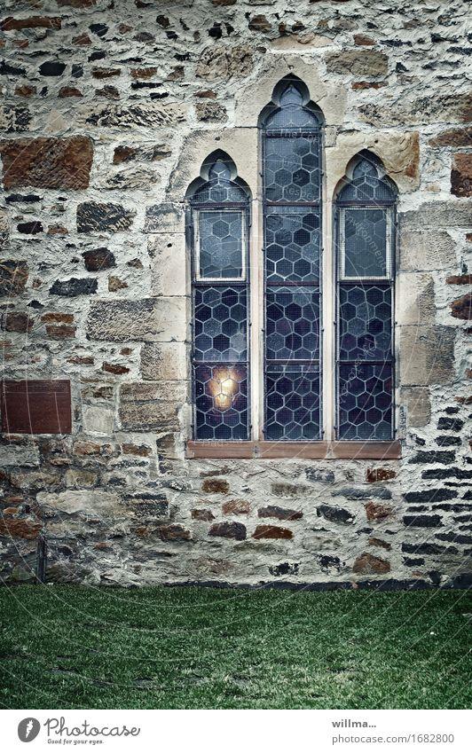 das ewige licht | AST9 Kirche Bauwerk Gebäude Architektur Kloster Gotik Gemäuer Fenster Kirchenfenster Wand Steinwand historisch Hoffnung Glaube