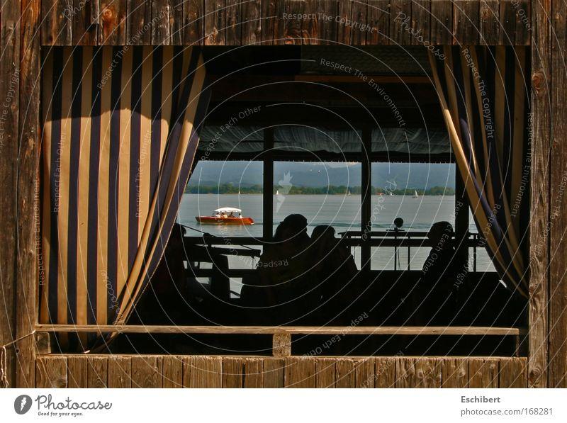 Blick durchs Fenter blau Ferien & Urlaub & Reisen Sonne ruhig Ferne gelb Umwelt Landschaft Fenster Berge u. Gebirge Wärme Holz Bewegung See Zufriedenheit