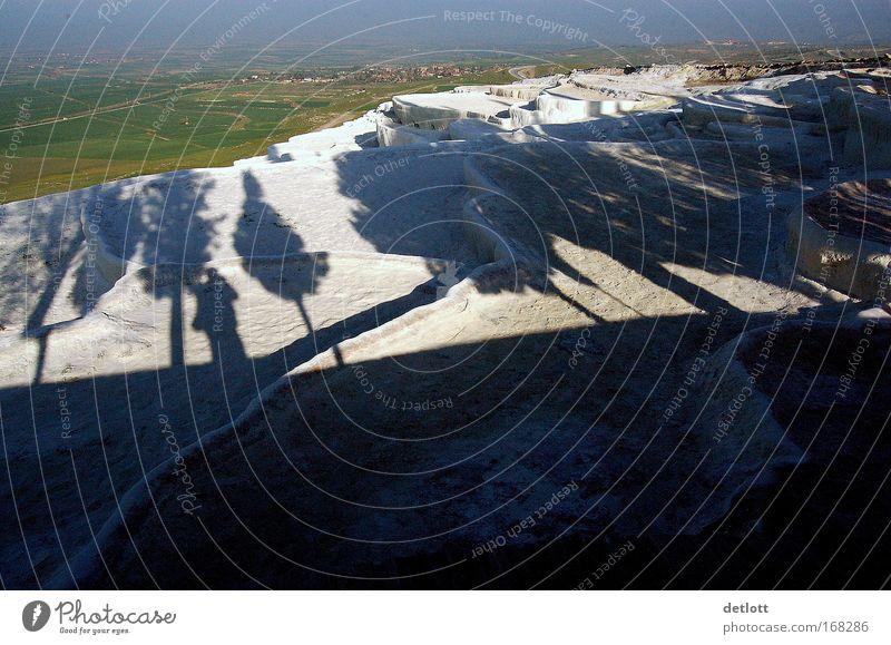 Schattenspiele Gedeckte Farben Außenaufnahme Menschenleer Textfreiraum unten Morgen Natur Landschaft Urelemente Erde Schönes Wetter Terrasse schwarz weiß Tag