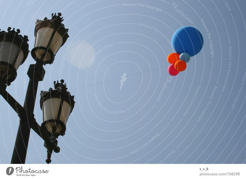 Laterne Barcelona blau rot Ferne Horizont Luftballon Laternenpfahl