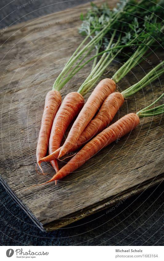 Bündel Karotten Lebensmittel Gemüse Salat Salatbeilage Ernährung Essen Saft Gesunde Ernährung Holz Diät Fressen ästhetisch gut Originalität grün orange
