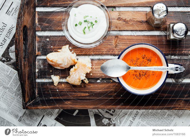 Tomatensuppe rot Essen Foodfotografie Lebensmittel Ernährung Kräuter & Gewürze Gemüse Bioprodukte Geschirr Zeitung Brot Schalen & Schüsseln Fressen Abendessen
