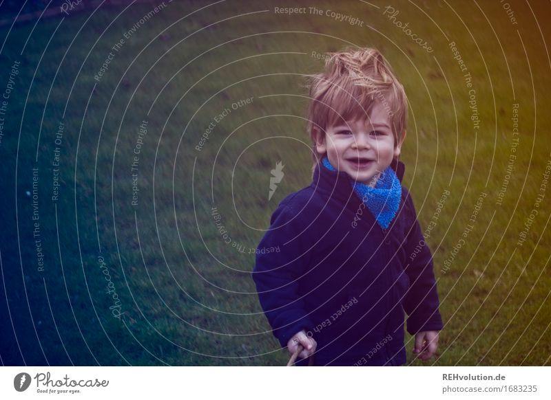 Eiersuche Mensch Kind Natur Freude Umwelt Wiese lustig Junge klein Glück Garten Haare & Frisuren maskulin Zufriedenheit Kindheit Wind