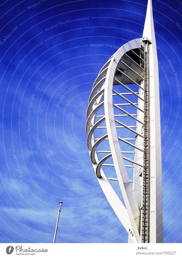 Spinnakertower Portsmouth Farbfoto Außenaufnahme Nahaufnahme Textfreiraum links Tag Turm Architektur Sehenswürdigkeit blau weiß Großbritannien