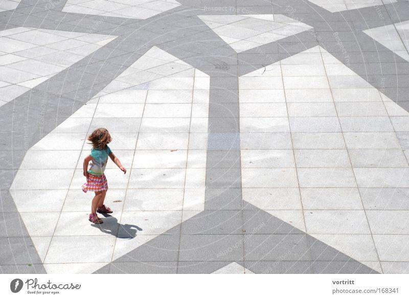 Mustertanz Mensch Kind blau Stadt Mädchen Freude Spielen Architektur klein springen Kindheit Tanzen Platz frei Fröhlichkeit authentisch