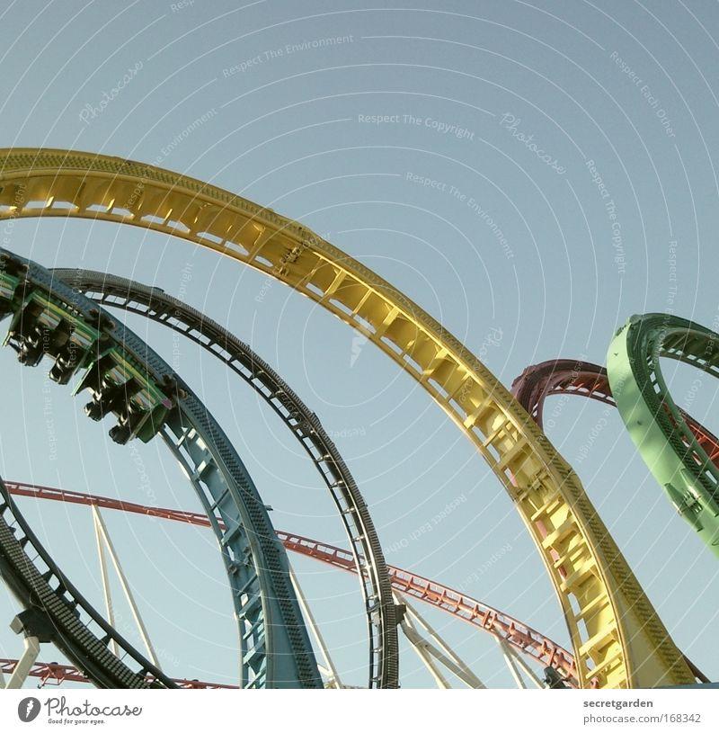 rundum zufrieden abhängen Mensch blau grün rot Sommer Freude gelb Freiheit Angst fliegen Verkehr Geschwindigkeit Kreis fahren festhalten