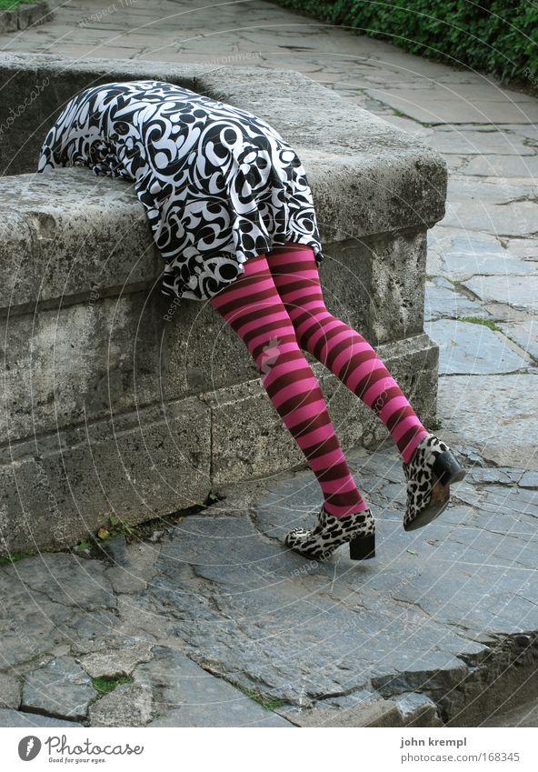 antiperistaltik Mensch Jugendliche schön Erwachsene feminin Stil Beine Mode rosa Design Lifestyle Coolness Gesäß Frau Kleid