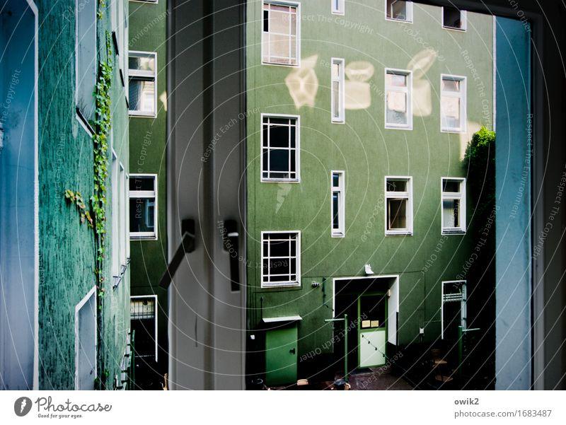 Hinterhof Stadt blau grün Haus Fenster Wand Berlin Gebäude Mauer oben Fassade Zufriedenheit glänzend leuchten Tür Idylle