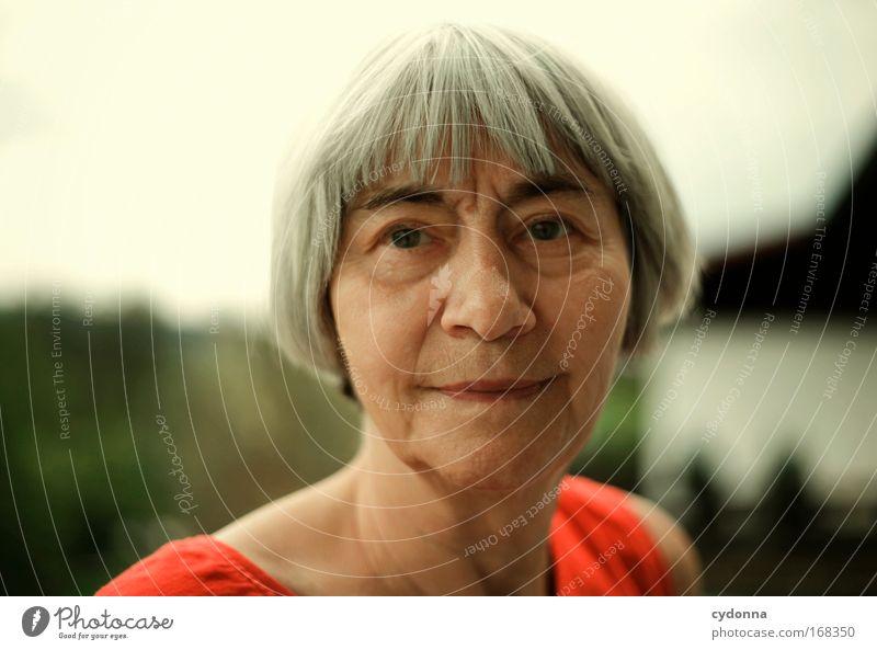 Augenblick Mensch Frau schön Porträt ruhig Gesicht Erwachsene Leben Senior Gefühle Traurigkeit träumen Zeit Gesundheit Kraft elegant