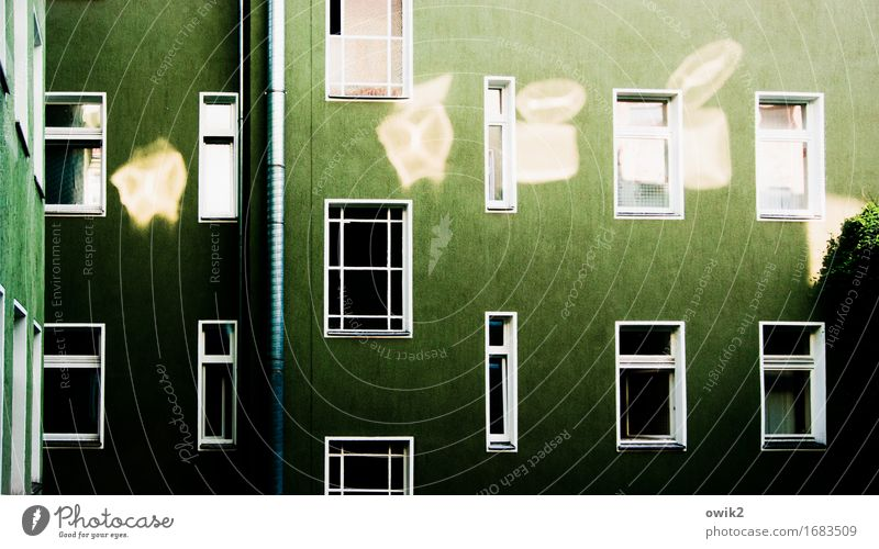 Wedding, Koloniestraße Berlin Berlin-Wedding Hauptstadt Stadtzentrum bevölkert Haus Mauer Wand Fassade Fenster leuchten Idylle Hinterhof Fensterblick gleich